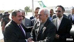 عکس آرشیوی از استقبال هوشیار زیباری وزیر امور خارجه عراق از محمدجواد ظریف همتای ایرانی خود در عراق - شهریور ۱۳۹۲