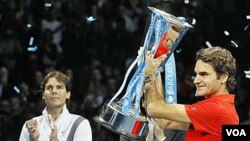 Roger Federer yang menjuarai ATP World Tour Finals di London tahun 2010 dengan mengalahkan Rafael Nadal (foto: dok).