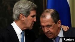 Menlu AS John Kerry saat konferensi pers bersama Menlu Rusia Sergei Lavrov di Moskow (7/5). Kerry minta Rusia tak menjual senjata canggih ke Suriah.