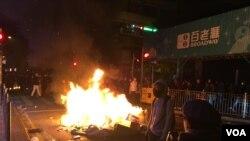 香港本土派人士認為旺角警民衝突是民怨所致 (美國之音 湯惠芸拍攝)