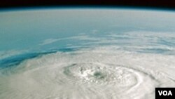 """Según el centro meteorológico de Miami, """"Karl"""" podría provocar una marejada de dos a tres metros de altura."""