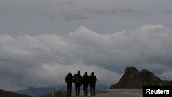 Sekelompok migran asal Afghanistan berjalan di jalan utama setelah menyeberangi perbatasan Turki-Iran dekat Dogubayazit, Provinsi Agri, bagian timur Afghanistan, 11 April 2018. (Foto: Reuters)
