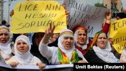 Para demonstran meneriakkan slogan-slogan selama demonstrasi melawan pasukan keamanan Turki akibat tembakan polisi pada protes di distrik Lice, provinsi Diyarbakir menewaskan satu orang dan melukai banyak lainnya (29/6). (Reuters/Umit Bektas)