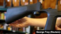 """Một thiết bị """"bump stock"""" được gắn vào súng trường bán tự động cho phép nó tăng tốc độ nhả đạn tại một cửa hàng bán súng ở Orem, bang Utah, ngày 4 tháng 10, 2017"""
