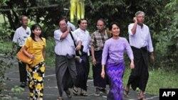 Việc phóng thích bà Suu Kyi diễn ra 6 ngày sau cuộc bầu cử đầu tiên ở Miến Điện trong vòng 20 năm.