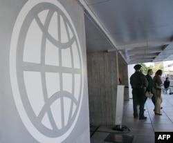 Logo Bank Dunia di pintu masuk kantor World Bank di Washington D.C., 8 Mei 2007.
