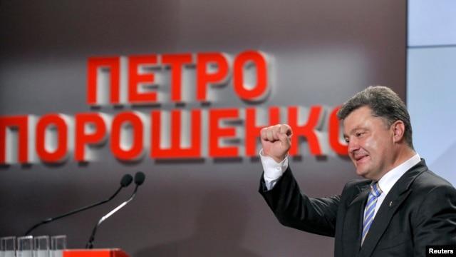 Ukraine's president-elect Petro Poroshenko gestures to supporters at his election headquarters in Kyiv, Ukraine, May 25, 2014.