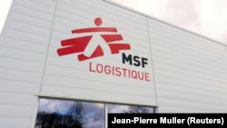 Logotipo de Médicos Sin Fronteras en la sede logística de la ONG en Merignac, cerca del aeropuerto de Burdeos, en 2015© AFP/Archivos -, Jean-Pierre Muller