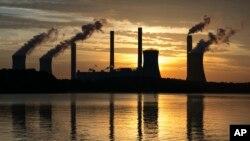 ARSIP – Foto arsip yang diambil tanggal 3 Juni 2017 ini menunjukkan Plant Scherer yang dioperasikan oleh batu bara, salah satu sumber emisi karbon dioksida tertinggi yang berlokasi di Juliette, Georgia, Amerika Serikat (foto: AP Photo/Branden Camp, Arsip)