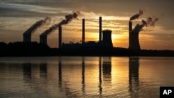 Pembangkit Listrik Scherer yang menggunakan batubara, salah satu dari penghasil karbon dioksida di AS, tampak dari kejauhan di Juliette, Georgia, 3 Juni 2017