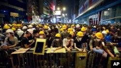 Người Hong Kong biểu tình đứng sau một hàng rào trong khu Monk Kok, 20/10/14