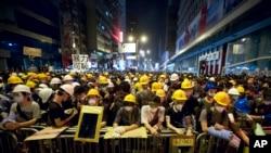 Người biểu tình đứng sau các chướng ngại vật tại khu vực bị chiếm đóng ở khu thương mại Mong Kok (Vọng Giác), ngày 20/10/2014.