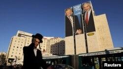 Un hombre pasa frente a un cartel de campaña del partido israelí Likud, con las fotos del presidente de EE.UU. Donald Trump y el primer ministro israelí Benjamín Netanyahu. Jerusalén, 4 de febrero de 2019. Foto REUTERS.