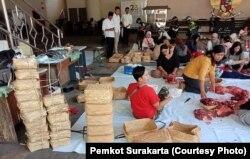 Tumpukan besek dari anyaman bambu sebagai pengganti kantong plastik dalam pembagian daging kurban di Balai Kota Solo, Minggu (11/8). (Foto: Pemkot Surakarta)