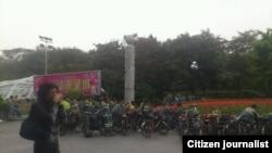 广州越秀区环卫工作要求涨工资,在市政府公园前集会罢工。 图片来源:孙德胜推特