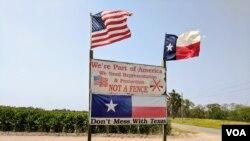 Papan yang didirikan oleh warga Brownsville, Texas, Pamela Taylor di luar tanahnya untuk memprotes UU tembok keamanan 2006. Walaupun ia memilih Trump pada pilpres 2016, ia tidak setuju dengan pembangunan tembok perbatasan. (R. Taylor/VOA)