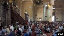 Des musulmans prient après le crash d'EgyptAir dans la mosqée de Masr Algadeda au Caire, Egypte, le 20 mai 2016. (Photo: Hamada Elrasam for VOA)