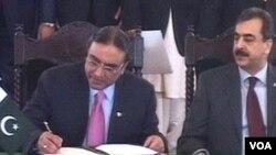 Presiden Asif Ali Zardari menandatangani amandemen ke-18 konstitusi Pakistan, 19 April 2010.