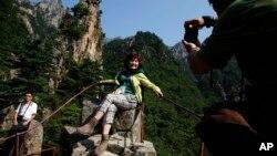 지난 2011년 9월 북한 금강산을 방문한 중국인 관광객들이 기념사진을 찍고 있다. (자료사진)