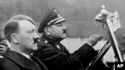 在这张日期不明的照片中,希特勒坐在纳粹党的梅赛德斯-奔驰轿车内,开车者为他的亲信、1936年病死的尤利乌斯·施雷克。(历史资料照片)