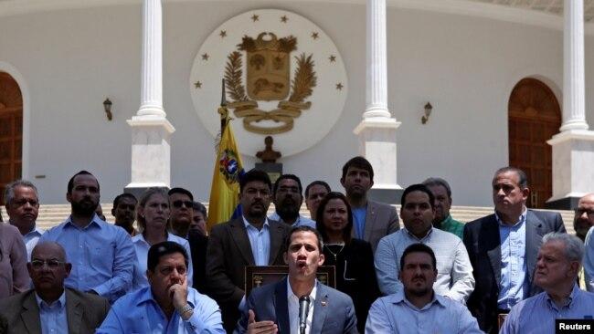 El presidente encargado de Venezuela, Juan Guaidó, presentó balance tras tres días de apagón nacional en sede del Palacio Federal Legislativo. Foto: Reuters