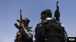 ເຈົ້າໜ້າທີ່ຕຳຫລວດ ຍາມຢູ່ຕາມໜ່ວຍປ່ອນບັດ ທີ່ນະຄອນ Kabul ໃນອັຟການິສຖານ.