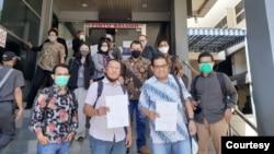 Pemimpin Redaksi Tirto.id Atmaji Sapto Anggoro (kedua dari kiri) dan Chief Editor Tempo.co Setri Yasra (kedua dari kanan) didampingi YLBHI, LBH Pers dan Safenet saat melapor ke Polda Metro Jaya, Selasa (25/8/2020). Foto: LBH Pers