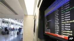 Màn hình hiển thị các chuyến bay của hãng American Airlines tại phi trường Los Angeles.