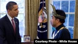 Tổng thống Obama gặp ông Jarjis tại phòng Bầu dục Tòa Bạch Ốc hồi tháng 4, 2009. Đại biểu quốc hội Jamaludding Jarjis, cựu Đại sứ Malaysia tại Washington từ năm 2009 đến năm 2012, nằm trong số những người thiệt mạng trong tai nạn trực thăng rơi.