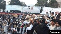 مولانا فضل الرحمان جلسې ته وینا کوي