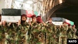 سربازان اردوی ملی در حال انتقال تابوتهای همسنگران شان (عکس از ناتو)