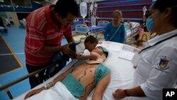Пострадавший в результате землетрясения (в центре). Штата Оахака, Мексика. 9 сентября 2017 г.