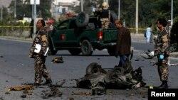 Petugas keamanan menyelidiki lokasi serangan bom di Kabul (21/6).