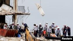 佛羅里達州南部部分倒塌的公寓樓宇的搜救工作正在緊張進行(2021年6月30日)