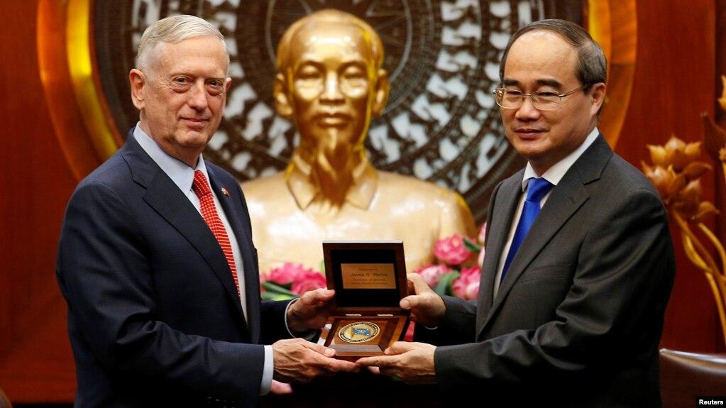 Ông Nguyễn Thiện Nhân trong cuộc gặp với Bộ trưởng Quốc phòng Mỹ Jim Mattis tháng Mười năm ngoái.