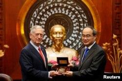 越共胡志明市市委書記阮善仁會晤來訪的美國國防部長馬蒂斯。(2018年10月16日)