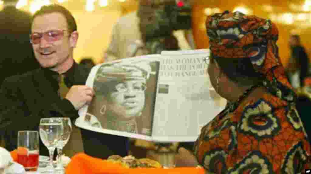 Irish rock star Bono shows Nigerian Finance Minister Ngozi Okonjo-Iweala her picture in a British newspaper, May 21, 2006.