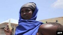 Phụ nữ Somalia bồng con chờ đợi để nhận lãnh lương thực tại trại tị nạn Badbaado ở thủ đô Mogadishu