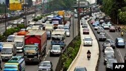 Theo ước tính nạn kẹt xe trên đường phố Jakarta khiến xe cộ phải đứng yên tại chỗ cả giờ đồng hồ gây thiệt hại tới 1 tỉ 400 triệu đô la mỗi năm