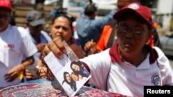 委内瑞拉总统查韦斯的支持者在他在加拉加斯接受治疗的医院外把问候和支持他的卡片放入一个盒子