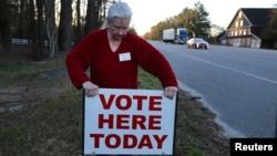 Người quản lý bầu cử Paula Floyd của thị trấn Aynor, South Carolina, đặt một tấm biển chỉ dẫn địa điểm bỏ phiếu tại Galivants Ferry, South Carolina, ngày 27 tháng 2 năm 2016.