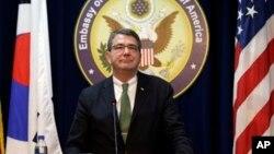 Wakil Menhan AS, Ashton Carter dalam konferensi pers di Kedutaan Besar Amerika di Seoul, Korea Selatan (18/3).