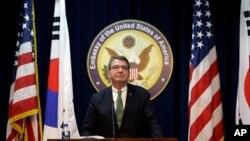 美國國防部副部長卡特3月18日在美國駐韓國大使館舉行的一次新聞發佈會上