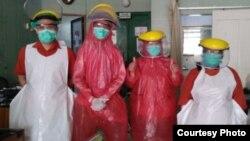 Petugas medis menggunakan alat pelindung diri berupa jas hujan dan masker bedah di RS Seto Hasbadi, Bekasi. (foto: courtesy)