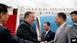 امریکی وزیرِ خارجہ جمعے کو علی الصباح پیانگ یانگ پہنچے جہاں ان کے شمالی کورین ہم منصب اور دیگر اعلیٰ حکام نے ان کا استقبال کیا۔