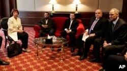 Kepala kebijakan luar negeri Uni Eropa Catherine Ashton (kiri) bertemu dengan para pemimpin kelompok Islamis di Kairo, hari Senin (29/7).