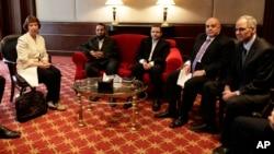 阿什頓(左)此行與埃及各派領導人會面