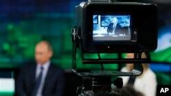 Le président russe Vladimir Poutine devant une camera de Russia Today à Moscou, Russie, le 11 juin 2013.