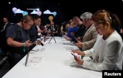 Para pelanggan melihat-melihat ponsel terbaru dari Huawei, seri Mate20, dalam acara peluncuran di London, Inggris, 16 Oktober 2018.
