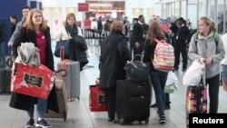 Pasajeros en la terminal de Delta Airlines en el aerouerto LaGuardia, en Nueva York, el martes, 20 de noviembre de 2018.